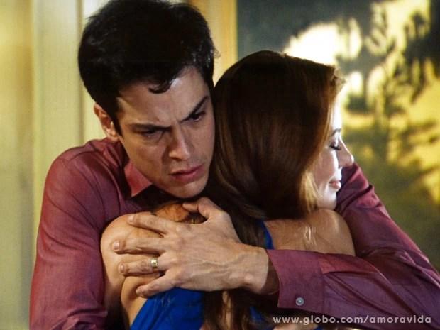 Félix se sente despedaçado ao receber o apoio de Paloma (Foto: Amor à Vida/TV Globo)