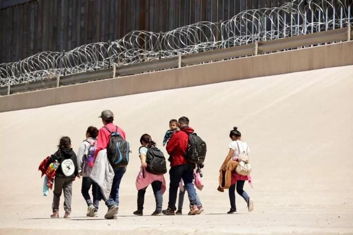 Migrantes caminham na linha de fronteira entre Ciudad Juárez, no México, e El Paso, no Texas, no dia 9 de maio. — Foto: Jose Luis Gonzalez/Reuters