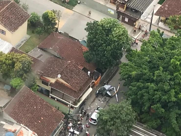 Helicóptero caiu em área residencial do bairro Itaguá, em Ubatuba, na terça (1º) — Foto: Bombeiros/Divulgação