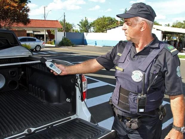Guarda de Santa Bárbara fiscaliza motoristas que usam som alto em veículos (Foto: Divulgação)