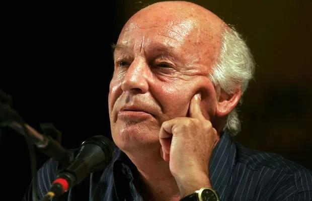 Escritor e ativista uruguaio Eduardo Galeano durante debate em Porto Alegre (RS), em 2005. (Foto: Agliberto Lima/Estadão Conteúdo/Arquivo)