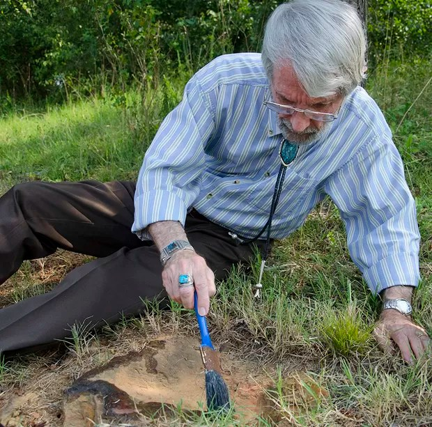 Ray Stanford, paleontólogo que encontrou a pegada, estuda a descoberta (Foto: NASA/Goddard/Rebecca Roth)