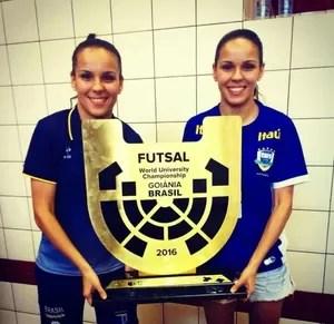 Amanda dos Santos (à direita) com o troféu de campeã mundial (Foto: Reprodução/Facebook)
