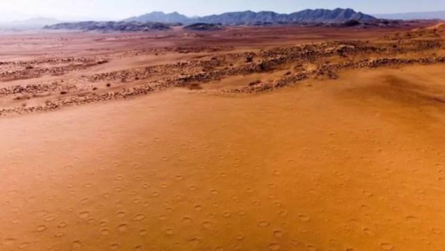 Um dos grandes mistérios do deserto da Namíbia é um fenômeno geomórfico conhecido como 'círculos de fadas' — Foto: BBC