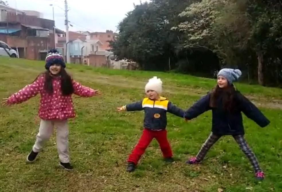 Rúbia Rossi gravou o filhos e as primas brincando na neve, no bairro Kayser, em Caxias do Sul (RS) — Foto: Rúbia Rossi/Arquivo Pessoal