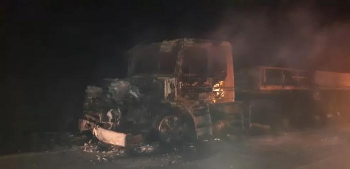 Carreta após acidente na BR-232 — Foto: Polícia Rodoviária Federal/Divulgação
