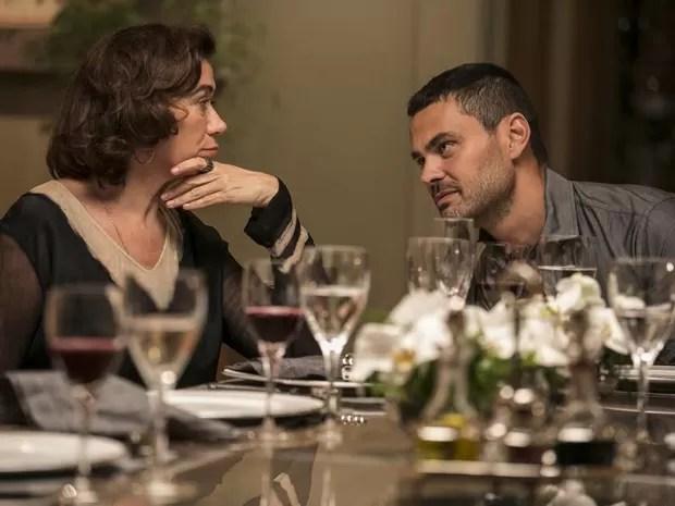 Maurílio diz a Marta que já acertou tudo com Téo (Foto: Inácio Moraes/ Gshow)