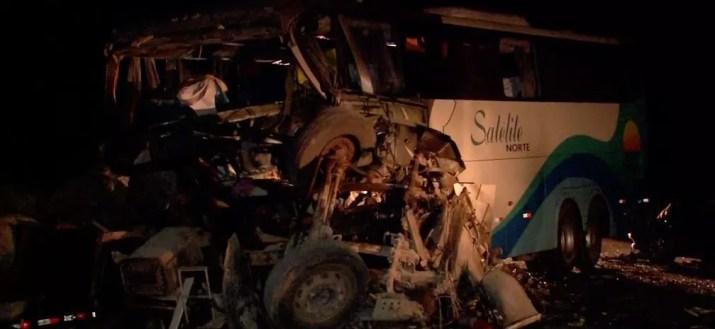 Carreta e ônibus bateram de frente na BR-163 em Diamantino: quatro pessoas morreram — Foto: TV Centro América