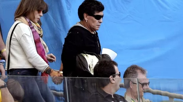 maradona argentina efe2 Maradonas a curse! El Diego leaves early... Lionel Messi scores Argentina winner v Iran!