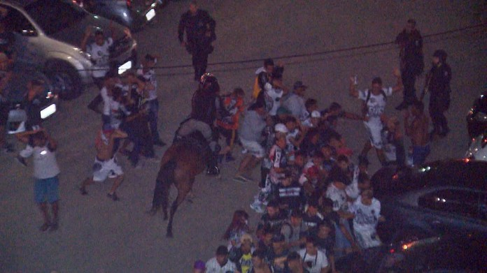 Dezenas de policiais militares montaram ação para conter torcedores do Botafogo-PB fora do estádio — Foto: Reprodução/TV Paraíba