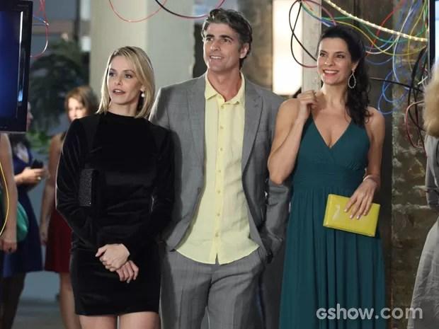Cadu chega com Silvia e Verônica na exposição de Marina (Foto: Camila Camacho / TV Globo)