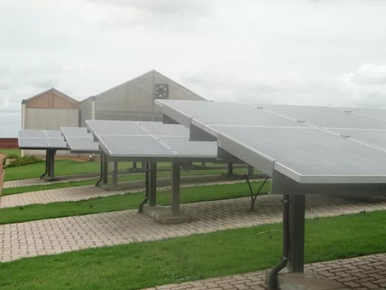Painéis foram instalados em gramado ao redor de prédio do campus de Araras (Foto: Carolina Carettin/CCS-UFSCar)