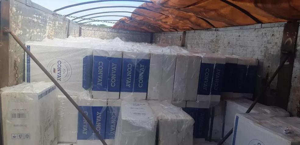 Carga de cigarros contrabandeados foi achada dentro de caminhão na BR-226 no RN — Foto: PRF/Divulgação