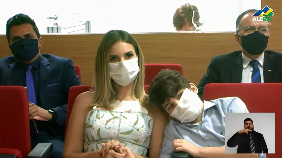 Carla Redano, prefeita de Ariquemes, acompanhou a cerimônia de posse do marido, Alex Redano — Foto: Reprodução/ALE-RO
