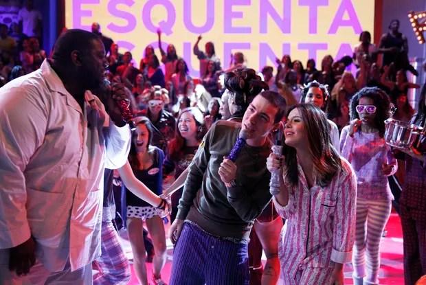 De pijama, Di Ferrero e Giovanna Lancellotti cantam (Foto: Rede Globo/Divulgação)