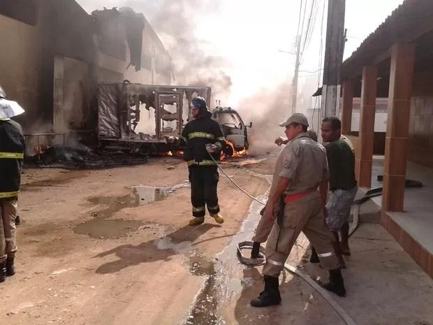 Corpo de Bombeiros esteve no local para controlar as chamas (Foto: Waldson Costa/G1)