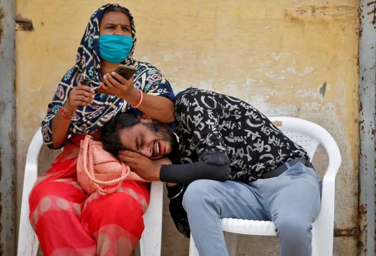 Homem chora morte de seu pai em decorrência da Covid-19 em Ahmedabad, na Índia, neste sábado (8) — Foto: Amit Dave/Reuters