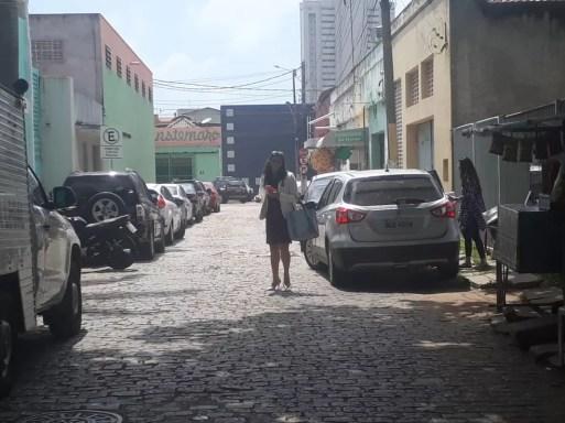 Ana Augusta Simas, investigada na Operação Canastra Real, deixa sede do Itep onde fez exames de corpo de delito, na manhã desta quinta-feira (27) — Foto: Vinícius Veloso/Tribuna do Norte