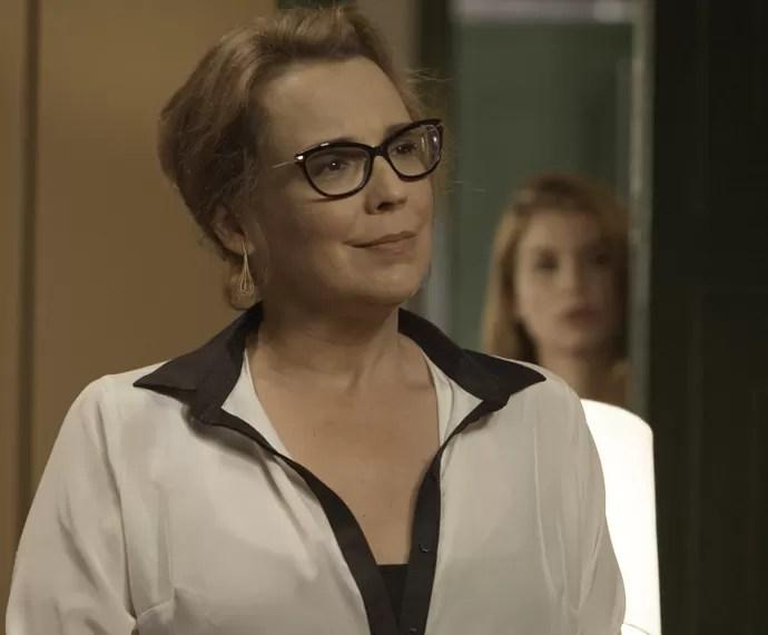 Lívia leva um susto ao ouvir a conversa de Emília e Bernardo (Foto: TV Globo)