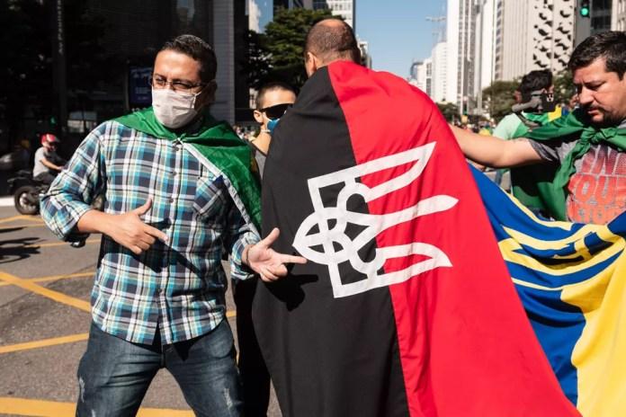 Apoiadores do governo Bolsonaro exibem bandeira do Prawy Sektor durante manifestação na Avenida Paulista — Foto: Ettore Chierguini/Estadão Conteúdo