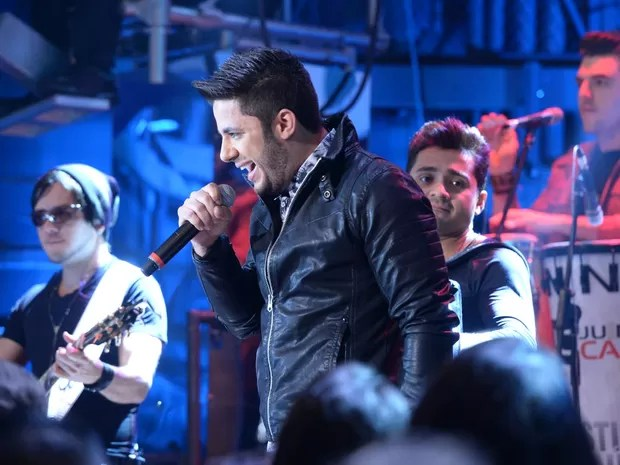 O cantor Cristiano Araújo canta na gravação do programa 'Altas Horas' especial sobre o Dia do Rock, em julho de 2014 (Foto: Zé Paulo Cardeal/Rede Globo)