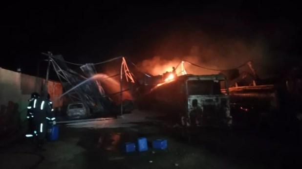 Incêndio em garagem de caminhões deixou feridos em Candeias — Foto: Divulgação/Corpo de Bombeiros
