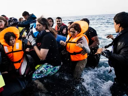 Refugiados sírios são resgatados após naufrágio de barca (Foto: Dimitar Dilfokk/AFP)