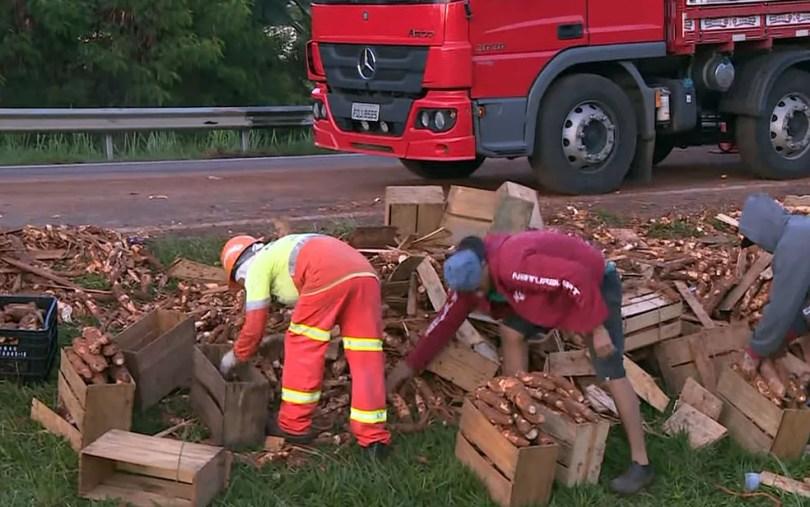 Carga de mandioca é retirada da pista após acidente em Paulínia (Foto: Reprodução/EPTV)