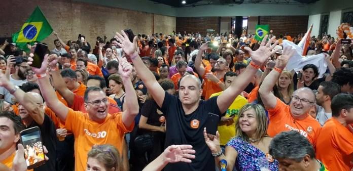 Militantes do Novo fazem festa na Região Centro-Sul de Belo Horizonte em comemoração da vitória de Romeu Zema — Foto: Raquel Freitas/G1