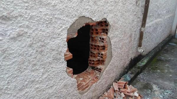Bando abriu um buraco em uma parede para acessar o banco em Praia Grande, SP — Foto: G1 Santos