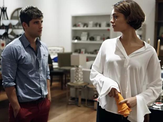 Murilo aparece de surpresa diante de Alice (Foto: Inácio Moraes/Gshow)