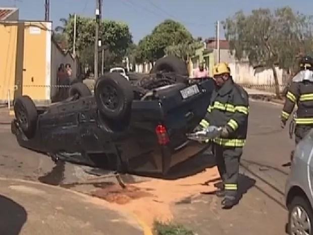 Impacto foi tão grande que carro virou na rua (Foto: Reprodução/ TV TEM)