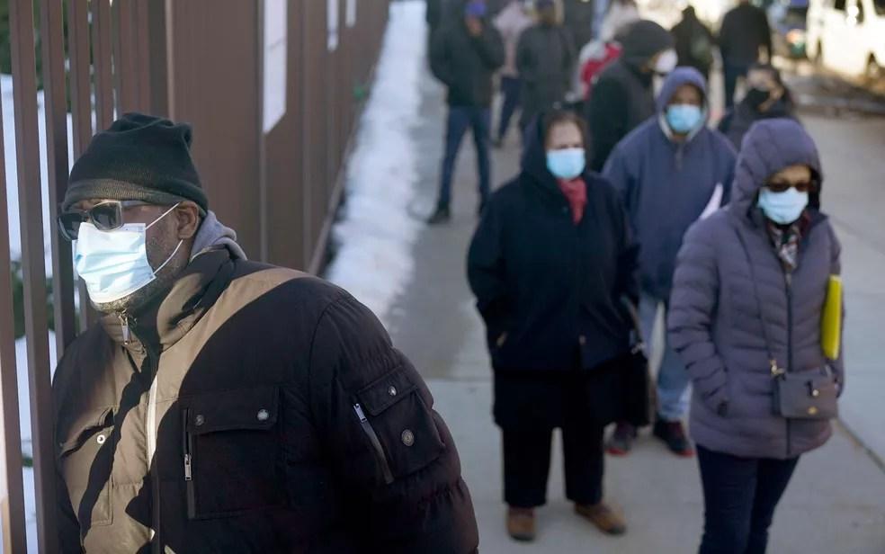 Pessoas usam máscaras em fila de vacinação contra Covid-19 no Queens, em Nova York, em fevereiro — Foto: AP Photo/Seth Wenig, Pool