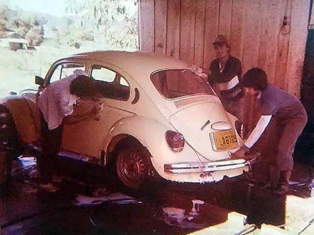 Rolando Valcir Spanholo lava carros junto com os irmãos durante a adolescência em cidade do interior do Rio Grande do Sul (Foto: Rolando Valcir Spanholo/Arquivo Pessoal)