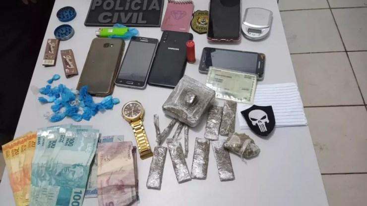 Polícia apreendeu drogas, dinheiro e celulares na propriedade onde homem foi preso  — Foto: Arquivo/PC-AC