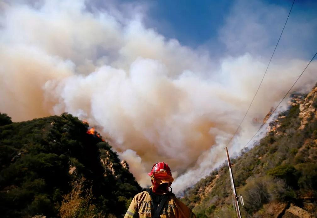 Bombeiros lutam contra o incêndio de Woolsey enquanto continua a queimar em Malibu, na Califórnia, no domingo (11)  — Foto: Eric Thayer/ Reuters