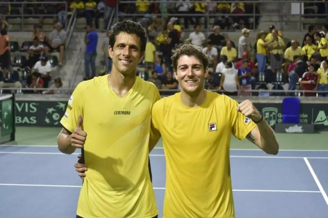 Marcelo Melo e Marcelo Demoliner em jogo do Brasil pela Copa Davis — Foto: Divulgação / Federação Colombiana de Tênis