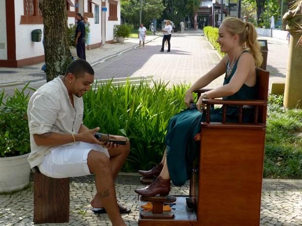 Naldo Benny dá trato no sapato de Angélica e relembra antiga profissão
