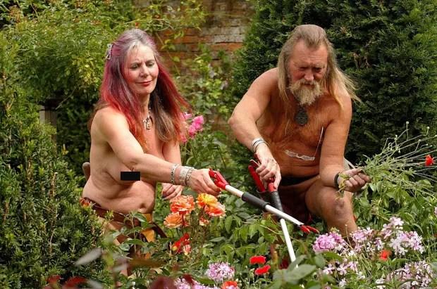 Mansão do século XVI conhecida como 'Jardim do Éden' pode fechar após os jardineiros peladões Ian and Barbara Pollard se divorciarem (Foto: SWNS/The Grosby Group)