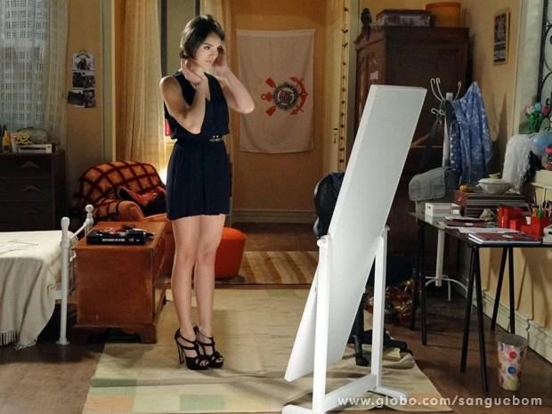Giane se admira em frente espelho (Foto: Sangue Bom/TV Globo)