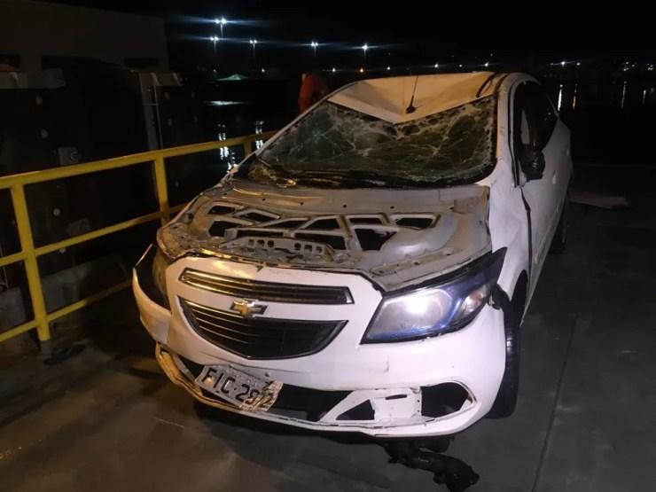Carro foi retirado do mar e passou por perícia após acidente em balsa no litoral de SP — Foto: Solange Freitas/G1