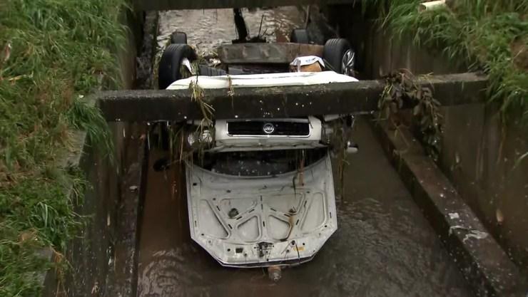 Enchente levou carro para dentro de córrego em São Paulo — Foto: Reprodução/TV Globo
