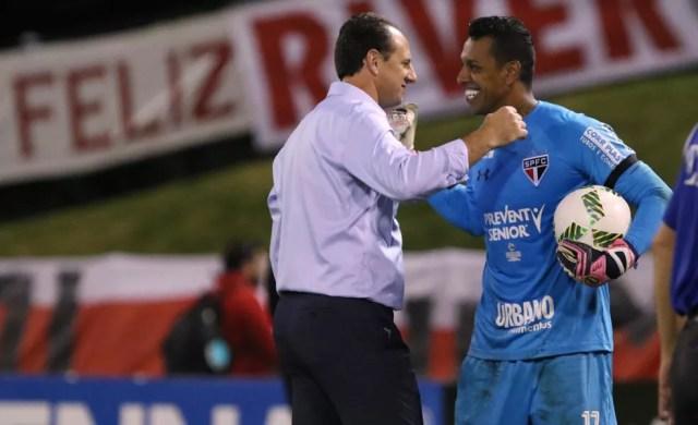 Ceni cumprimenta Sidão, pegador de pênaltis no Torneio da Flórida (Foto: Rubens Chiri/saopaulofc.net)
