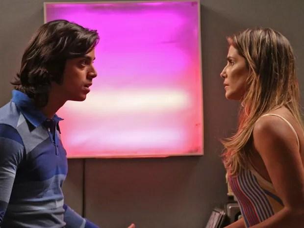 Beto desconfia que Inês e Tadeu estão juntos há muito tempo (Foto: Raphael Dias/Gshow)