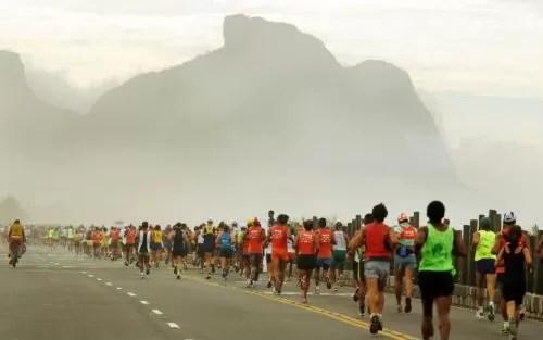 Foto (Foto: Corredores da Maratona do Rio na Barra da Tijuca. Foto de divulgação)