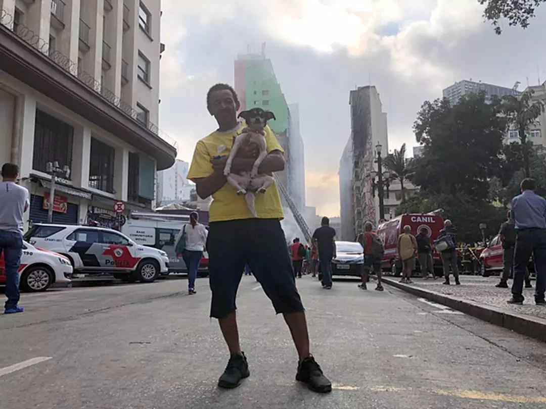 João de Jesus Santos, 52 anos, morava no 3º andar do prédio que desabou no Largo do Paissandu. Ele conseguiu salvar a mulher, 5 filhos e a cadela Mel