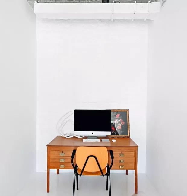Mais espaços. Os objetos da casa vão aos poucos migrando para dentro do computador. As paredes vazias e o piso branco sem emendas aumentam a sensação de amplidão. O projeto é do Crosby Studios (Foto: Crosby Studios / Divulgação)