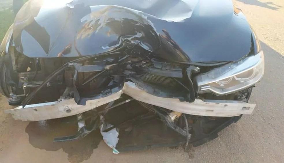 Carro de luxo que bateu na vítima ficou parcialmente destruído — Foto: Rodilson Bradales/Arquivo pessoal