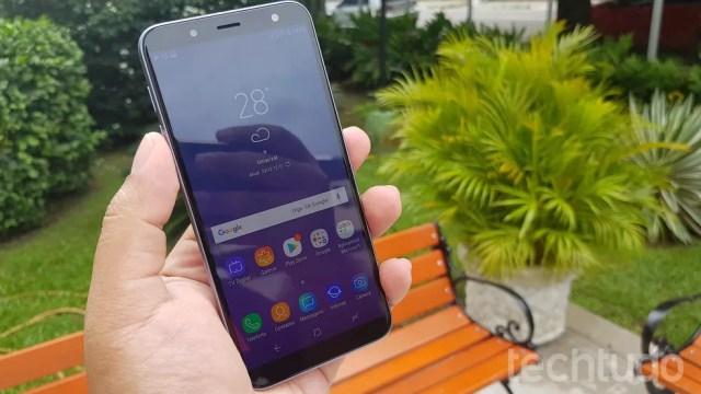 Galaxy J6 conta com câmera traseira de 13 megapixels — Foto: Paulo Alves/TechTudo