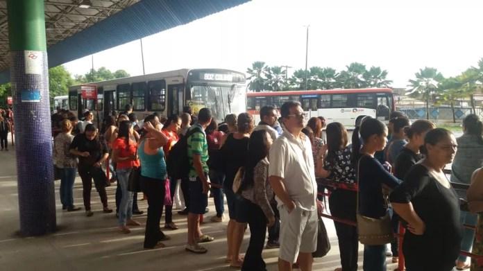Ponto de ônibus lotado em Maceió na manhã desta sexta-feira — Foto: Heliana Gonçalves/TV Gazeta
